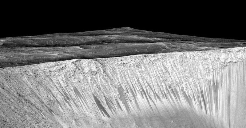 NASA「火星には現在も液体の水が存在する。これは塩水で季節によって流れ出ている」