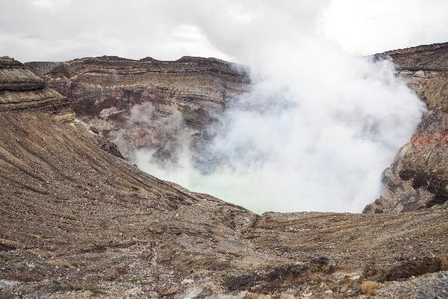 国土地理院「阿蘇山の中岳火口付近が20センチ沈んだ」「地震の影響だろうが火山活動との関連はわからない」
