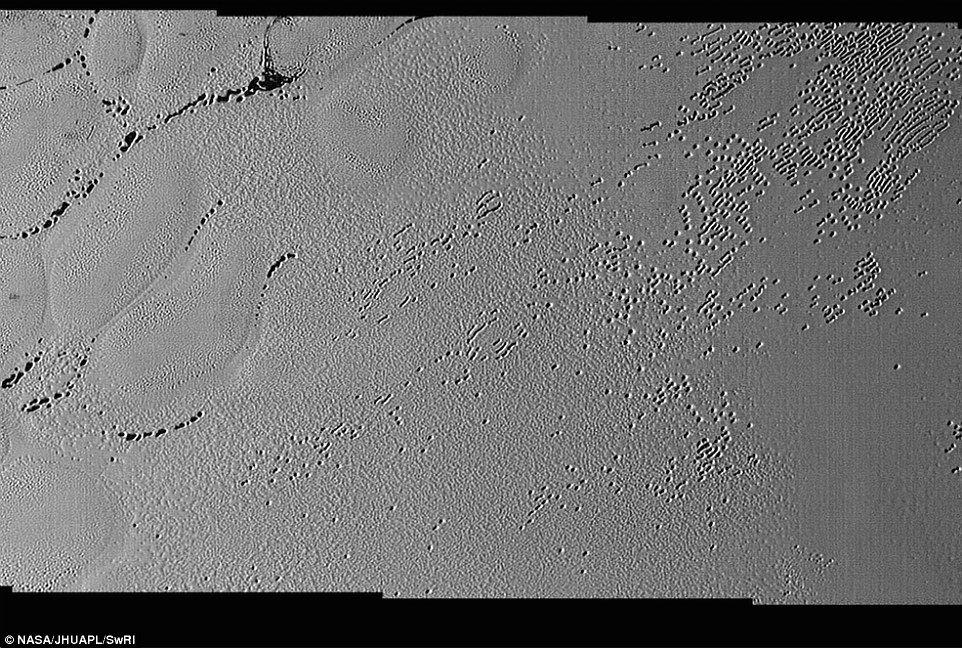冥王星の表面に多数の「巨大な穴」が存在…直径は約数百メートル、深さは数十メートルか
