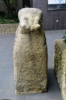 カバの石像