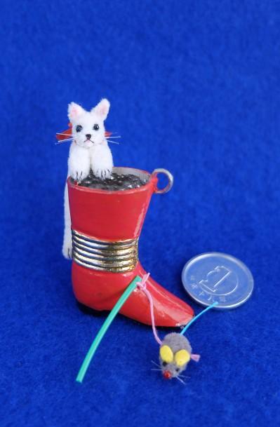 白猫ミニチュア 赤いブーツ1