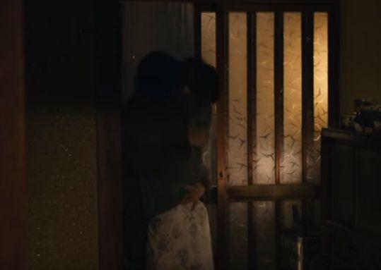 【満島ひかり】玄関前でキスをするラブシーン