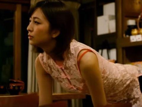 【小島梨里杏】セクシーな姿でゆっくりと近づいていくラブシーン