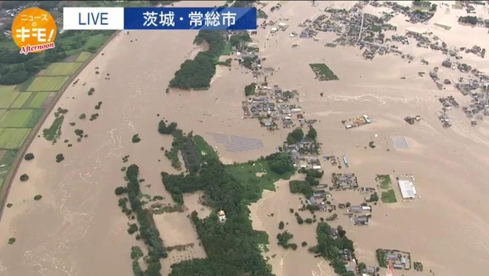 鬼怒川で堤防決壊1