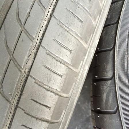 20150923(タイヤ交換3)タイヤのひびの画像