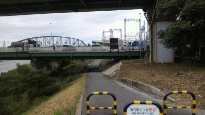 観月橋を反対側から見る。手前が山科川上流