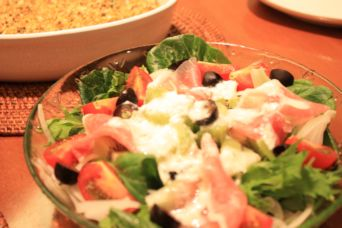 キウイと生ハムのサラダヨーグルトソース