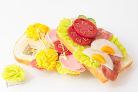 オープンサンドイッチのスマホカバー