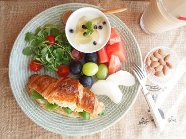 egg&basil croissant sand