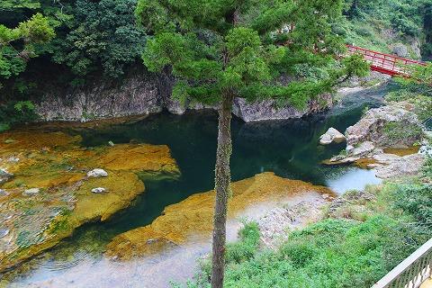 湯谷温泉のホテルの前を流れる川