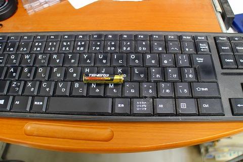 切れた電池とキーボード