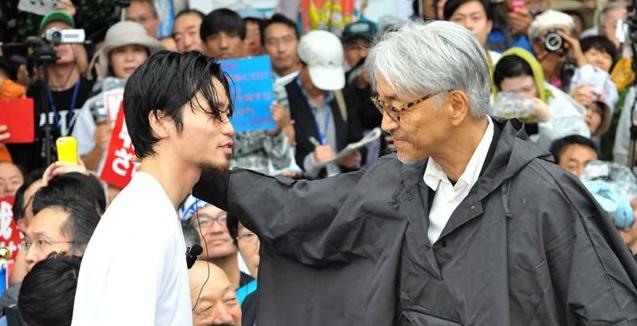 坂本龍一さんとSealds奥田君が握手!