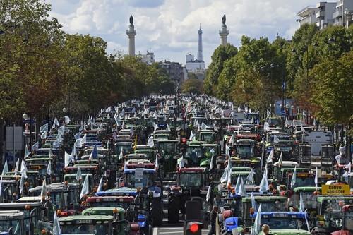 仏パリで農家が大規模デモ
