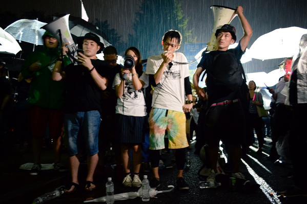 雨の中の抗議はまだ続いています