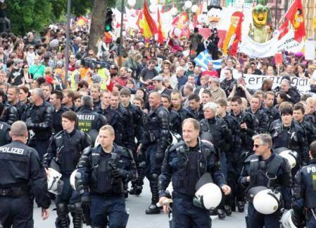 鎮圧に当たった警官隊がヘルメット脱いで市民の警護に