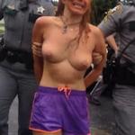 ドラッグをやっていた女性がトップレスで警官に取り押さえられてる動画?