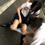 無言の男が女子高生のパンツを脱がして強奪し逃走