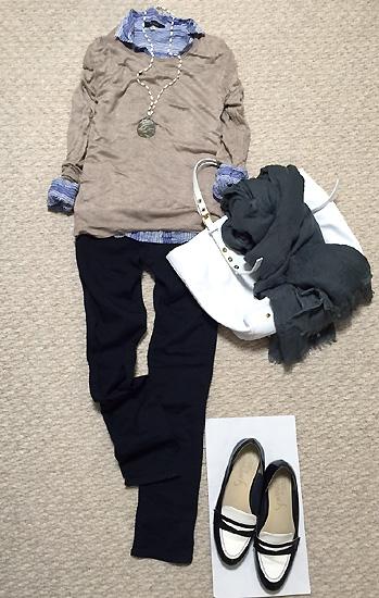 ニットの中にシャツを着て防寒してます。