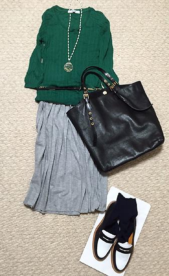 「緑綿ニット×グレースカート」に紺ソックス