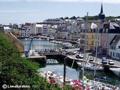 ベルイル島の港に続く深い入り江に寄り添うような街並みdownsize