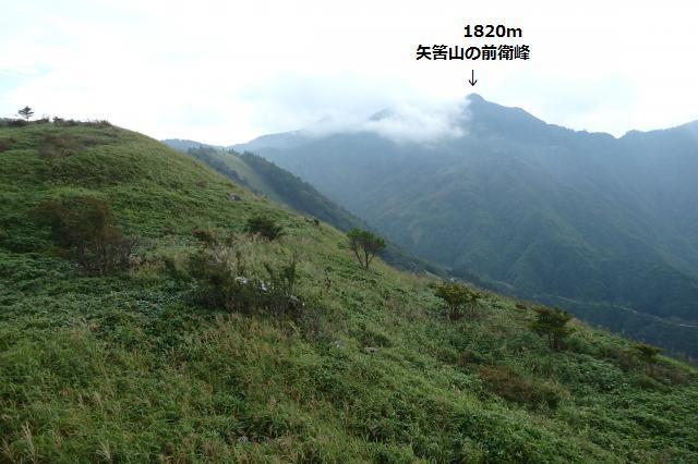 矢筈山の山頂には雲がかかる
