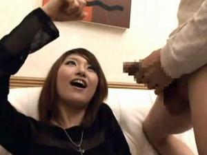 センズリ鑑賞のはずがドロっとした我慢汁の糸の引き具合に興奮してフェラチオしちゃうお姉さん