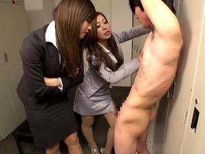 女子ロッカーで盗撮してた男を嬲り手コキ!瀬名あゆむ 中川美香