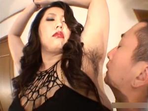 腋毛の爆乳巨漢痴女の腋に顔を埋め臭いを嗅ぎ腋舐めして爆乳にしゃぶりつくM男