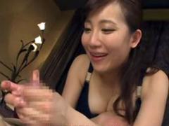 巨乳痴女セラピスト:倉多まおが絶妙なテクニックのスロー手コキで大量のザーメンを発射させる!