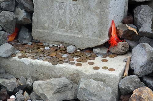 お賽銭がたくさん。