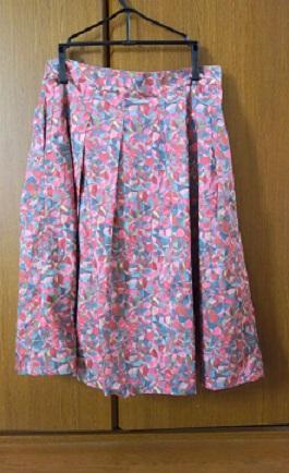 タックの入ったスカート