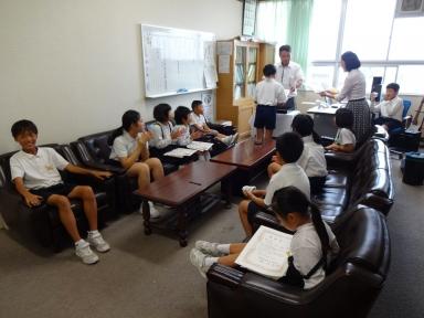 校長室で表彰式を開催
