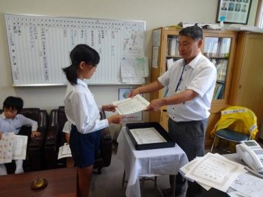 川畑学校長から校長賞の授与を