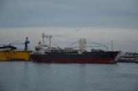 渡し船の前を横切る貨物船と飛行機150816