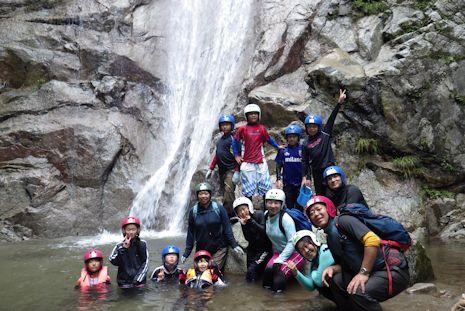 滝を前に記念写真