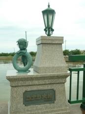 橋の名前に銅像も