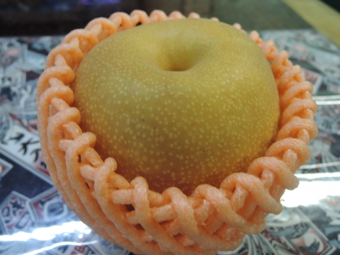 娘が梨をむいてくれました。④