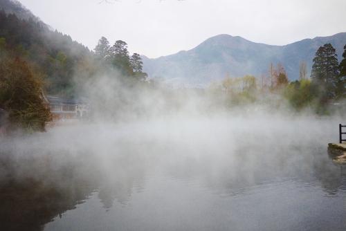 500湯気の出る池