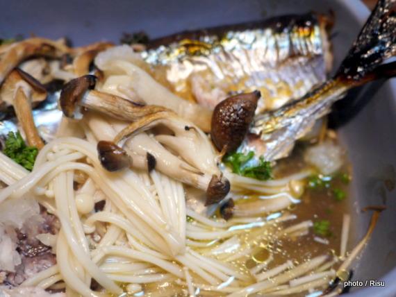 秋刀魚とキノコのオリーブ焼き-フェリシモ耐熱プレート料理
