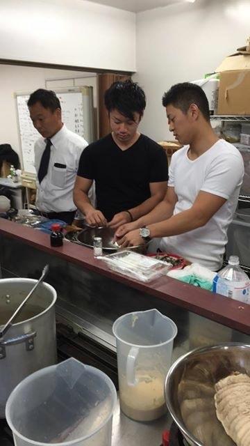 煮干しオイル仕込み中のチーム福島鰹