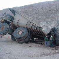 積み荷が崩れたダンプ