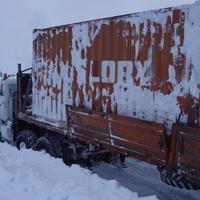 寒冷地を走るトラック