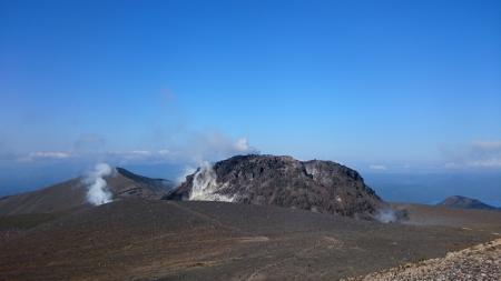 溶岩ドームと奥に西山