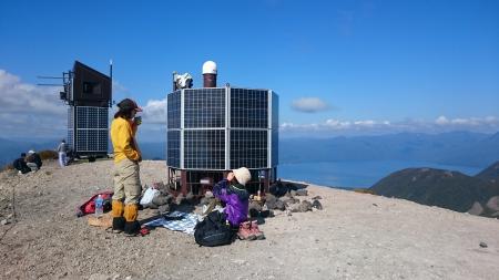 火山観測機器前で朝ごはん