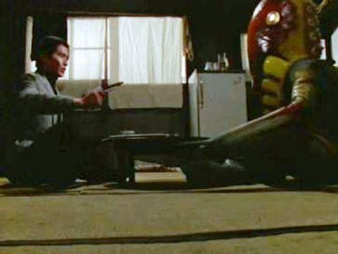 ちゃぶ台を挟んで対話するダン隊員とメトロン星人
