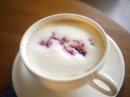 ブルーベリーシロップのカフェラテ