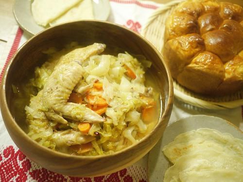 「ダンジョン飯」盗れたて野菜と鶏のキャベツ煮、略奪パンとご一緒に