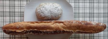バゲット 200円 、ゴマのパン 80円