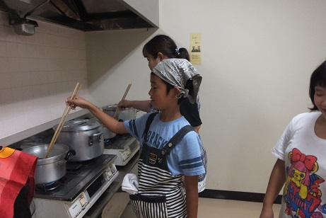 うどん作り(ホウレンソウゆでます)
