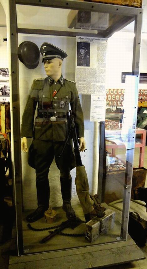 Paul Maitla_museum_mannequin_01
